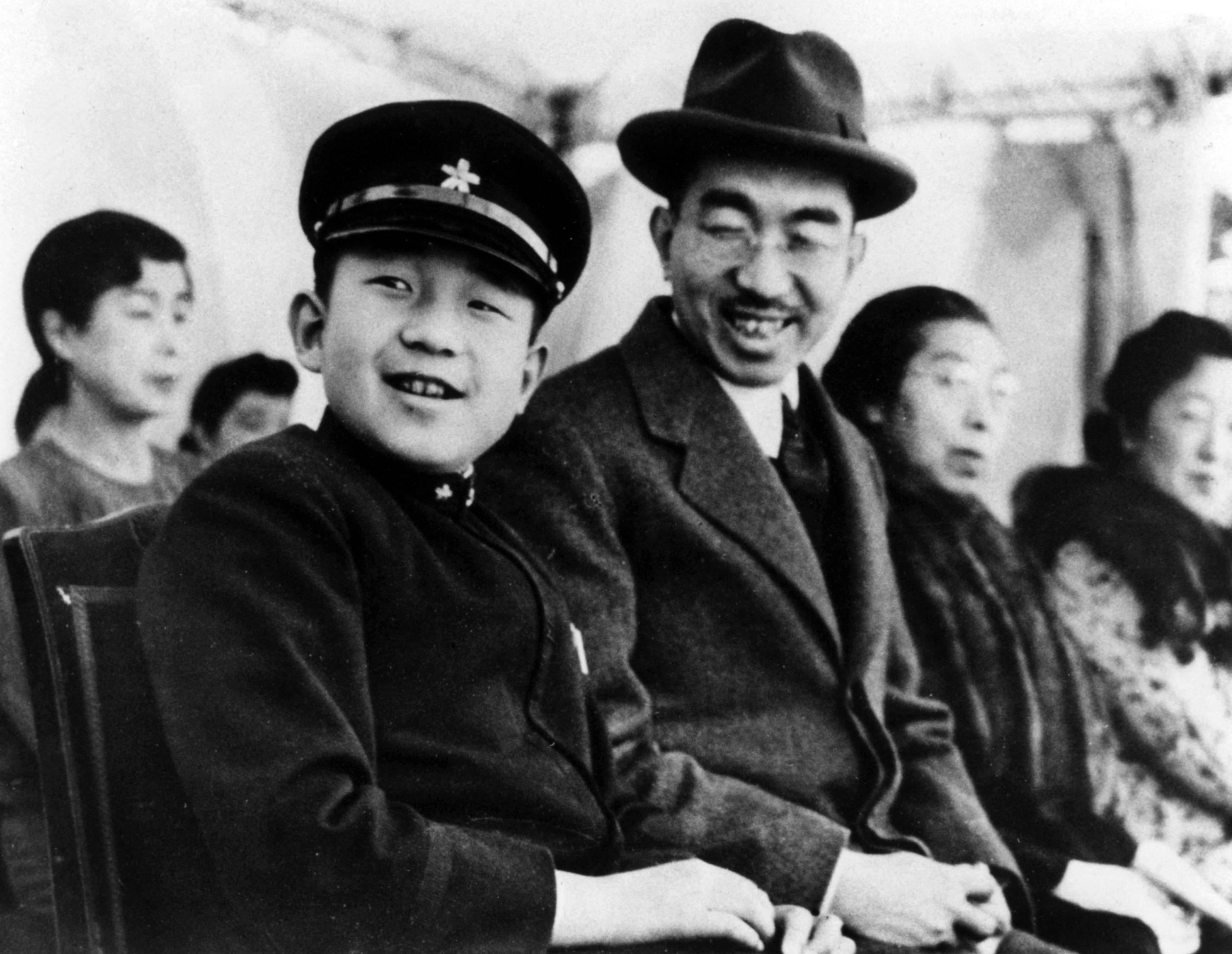 Imperadores do Japão: Akihito criança e seu pai Naruhito