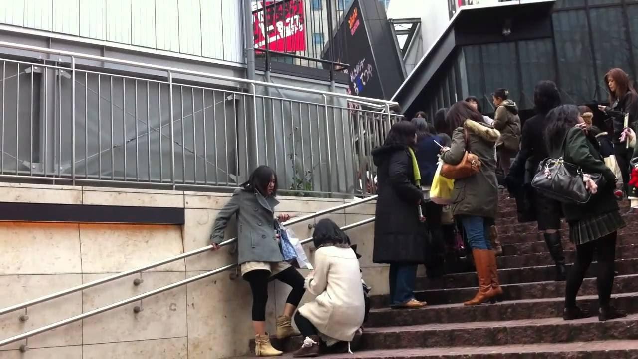 Pessoas em escada no Japão - terremoto