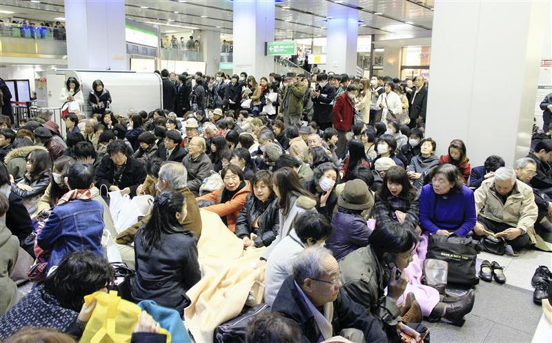 Japoneses se abrigando de terremoto