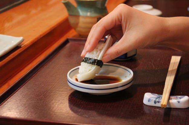 comer sushi com as mãos