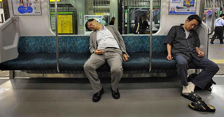 pessoa dormindo no metrô do Japão