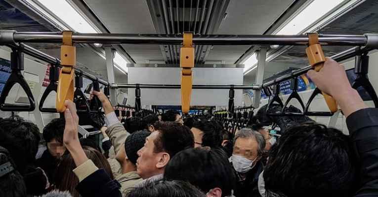 vagão lotado no Japão