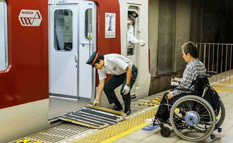 cadeirante no metrô do Japão