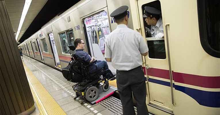 vagão do metrô do Japão com entrada para cadeirante