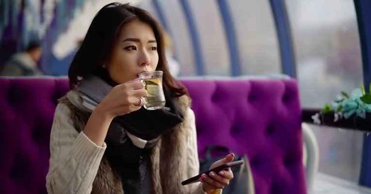 Mulher japonesa tomando chá sozinha