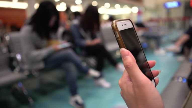 Pessoa segurando um smartphone