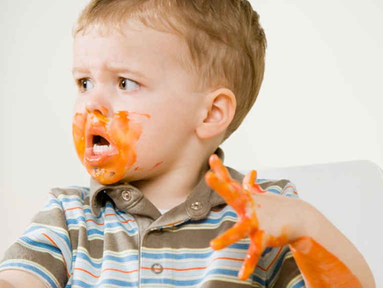 Criança suja de comida