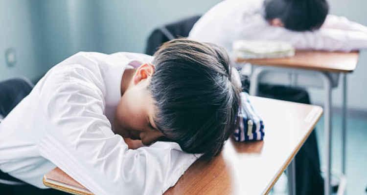 Aluno dormindo em sala de aula