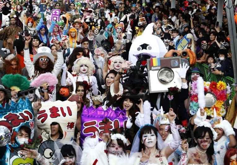 Pessoas fantasiadas no Halloween