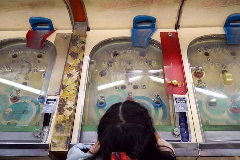menina jogando pachinko
