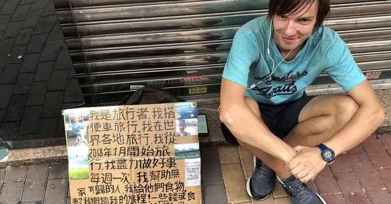 Mochileiro pedindo dinheiro no Japão