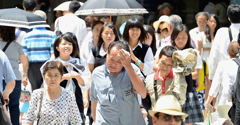 Japoneses no verão de Tokyo