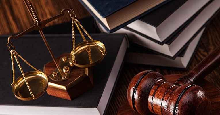 Martelo e balança da justiça