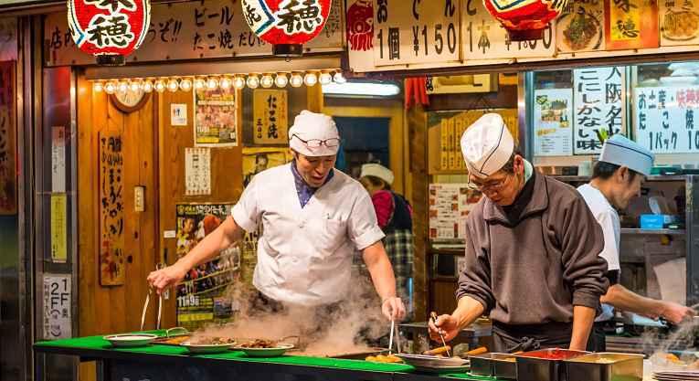 Homens preparando comida