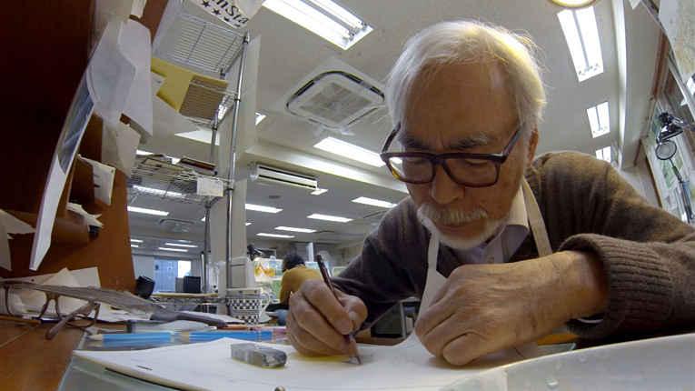 Hayao Miyazaki desenhando