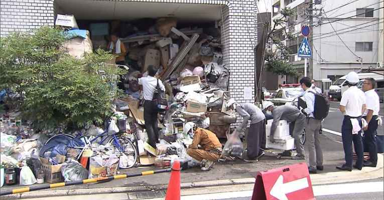 lixo sendo retirado