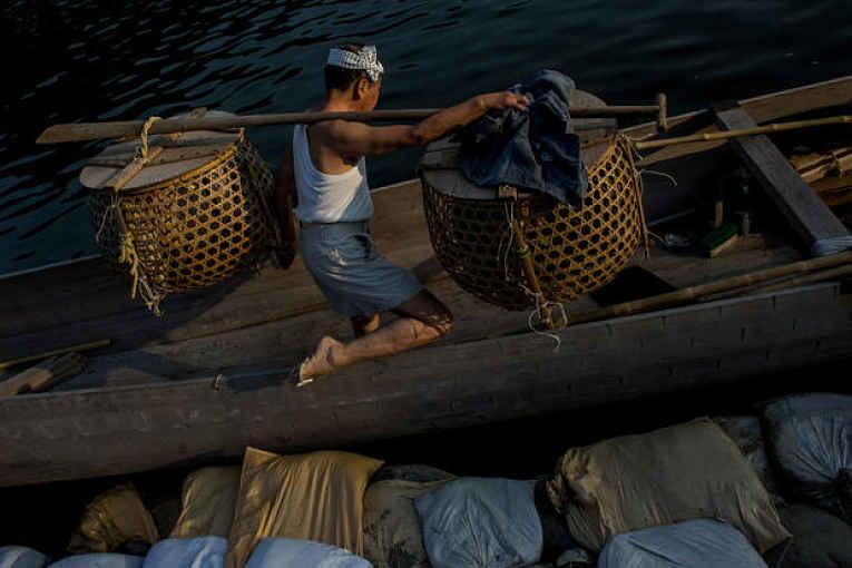 Pescador entrando no barco