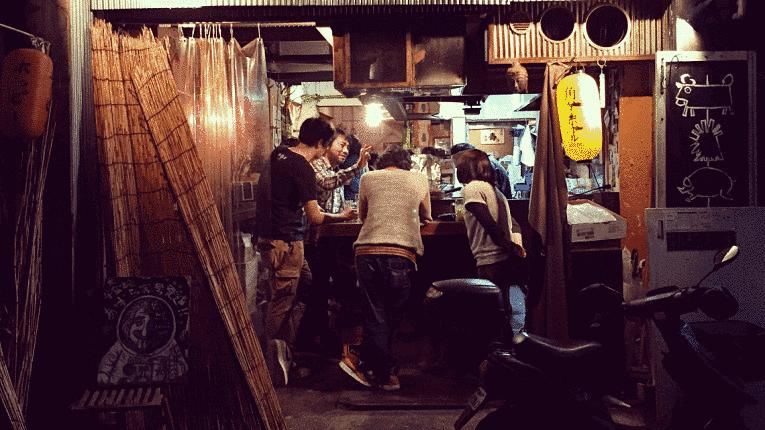 Japoneses em estabelecimento noturno