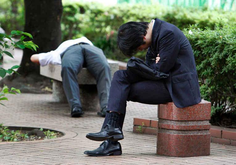Homem dormindo sentado