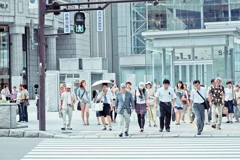 Pessoas caminhando