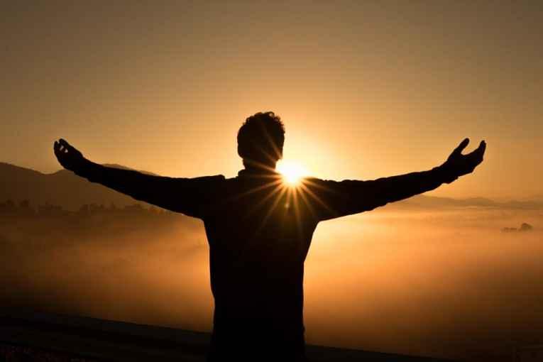 Homem apreciando o sol