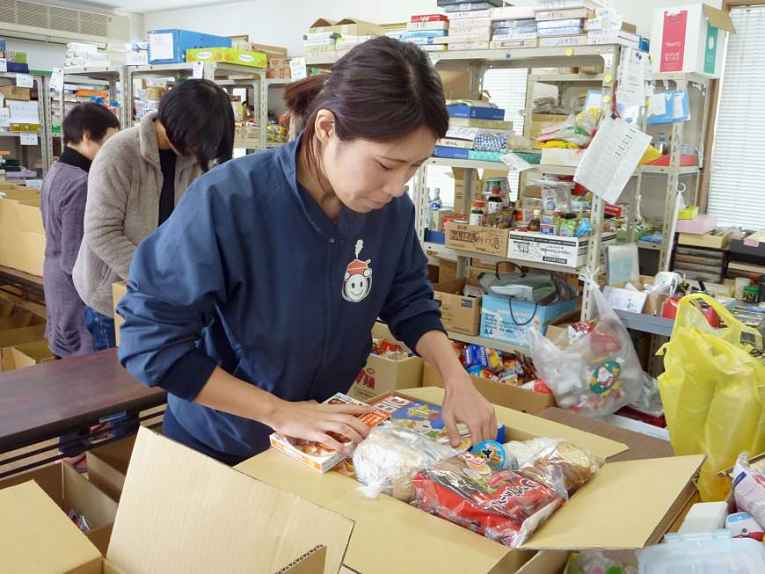 Voluntária organizando doações