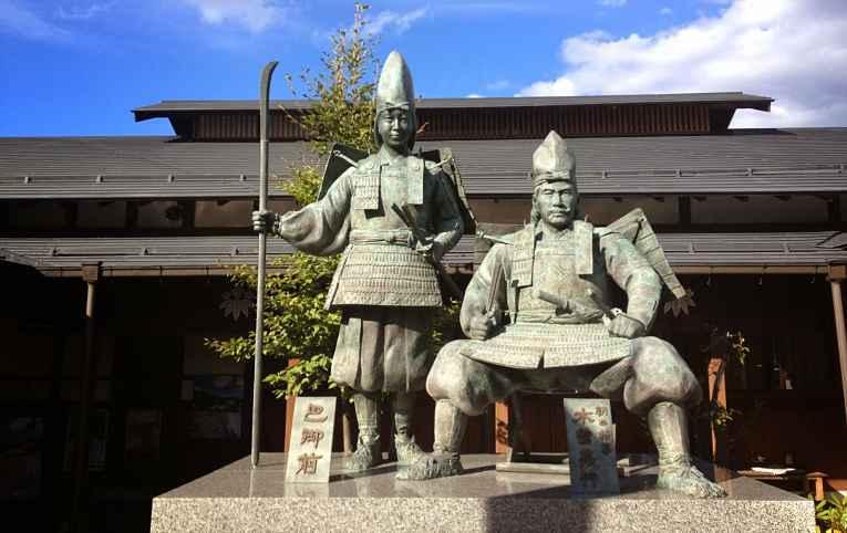 Estátua em Yoshinaka Yakata