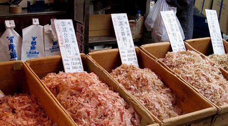 Flocos de peixe bonito