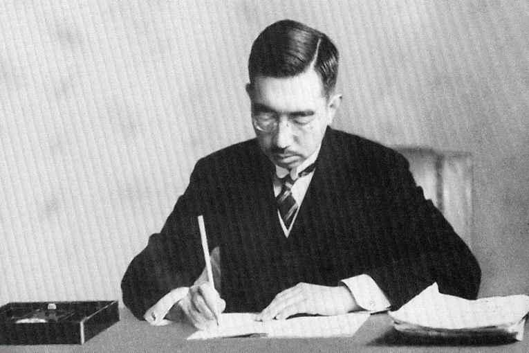Hirohito assinando constituição 1947