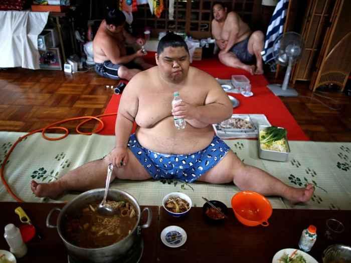Lutador de sumô na refeição