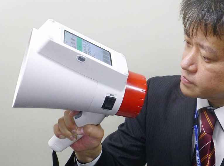 Homem segurando megafone