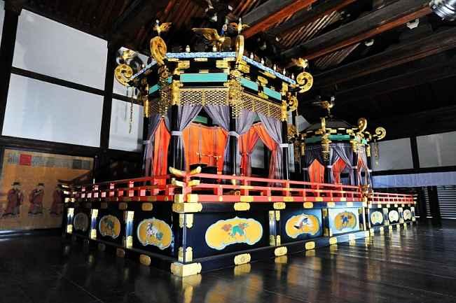 Trono takamikura