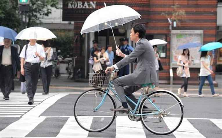 Guarda chuva e bicicleta