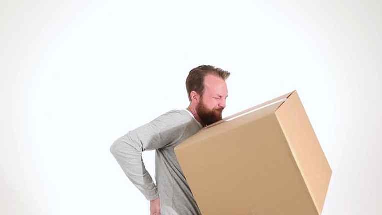 Homem carrega caixas