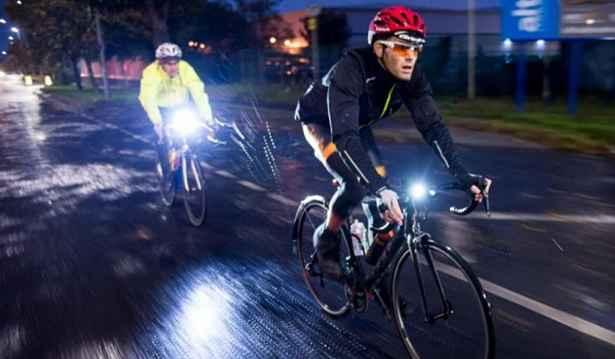 Ciclista de noite em Tokyo