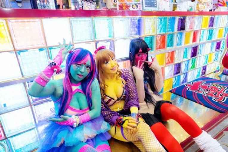 Japonesas com pintura corporal colorida