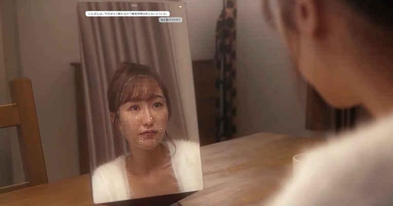 Mulher em frente ao espelho