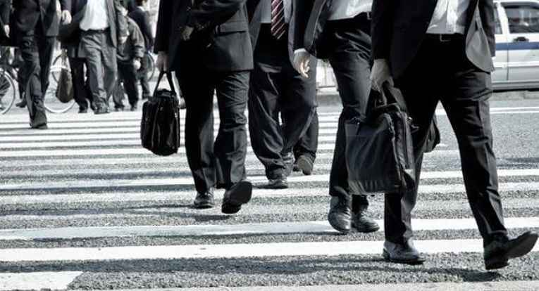 Salarymans atravessando a rua