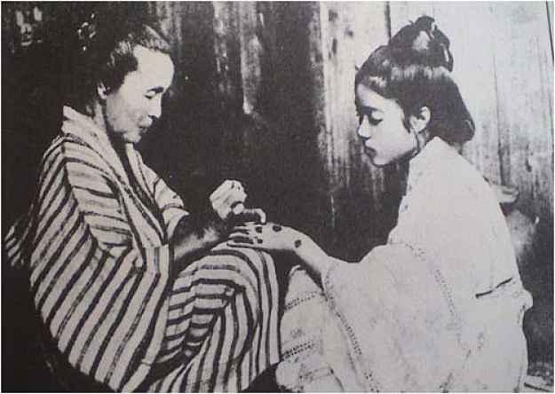 Jovem tatuando hajichi