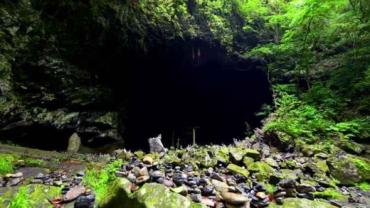Entrada da caverna Ama-no-Iwate