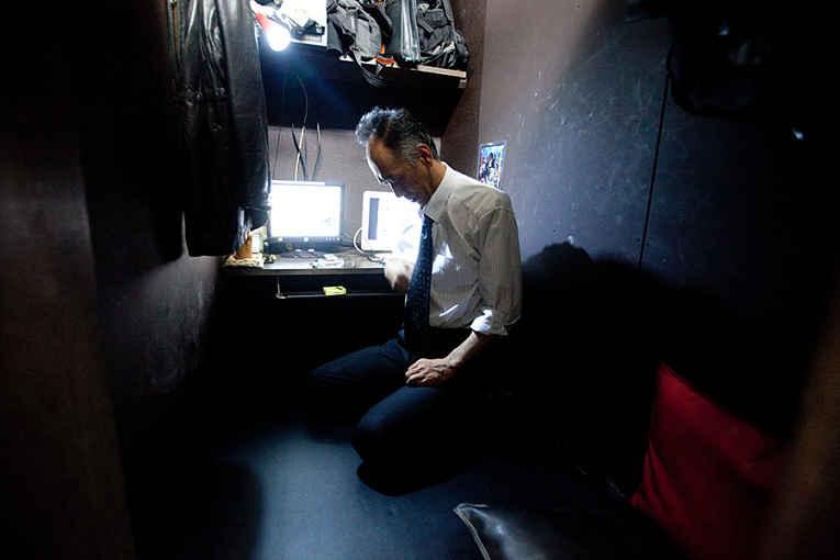 Homem morando em cybercafe