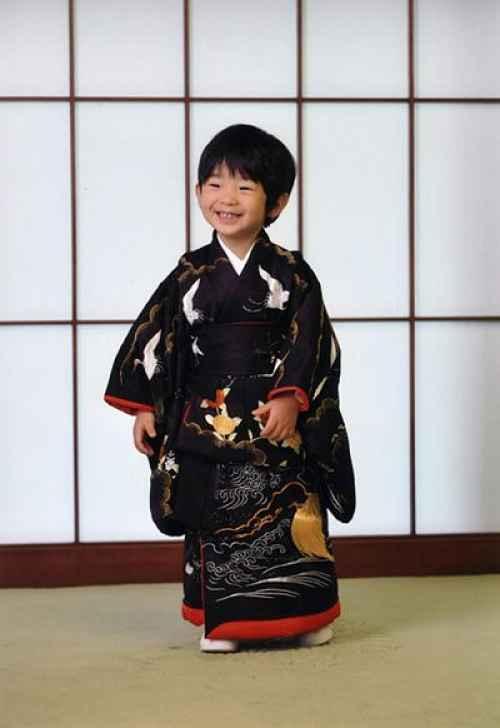Hisahito vestido com roupa tradicional japonesa