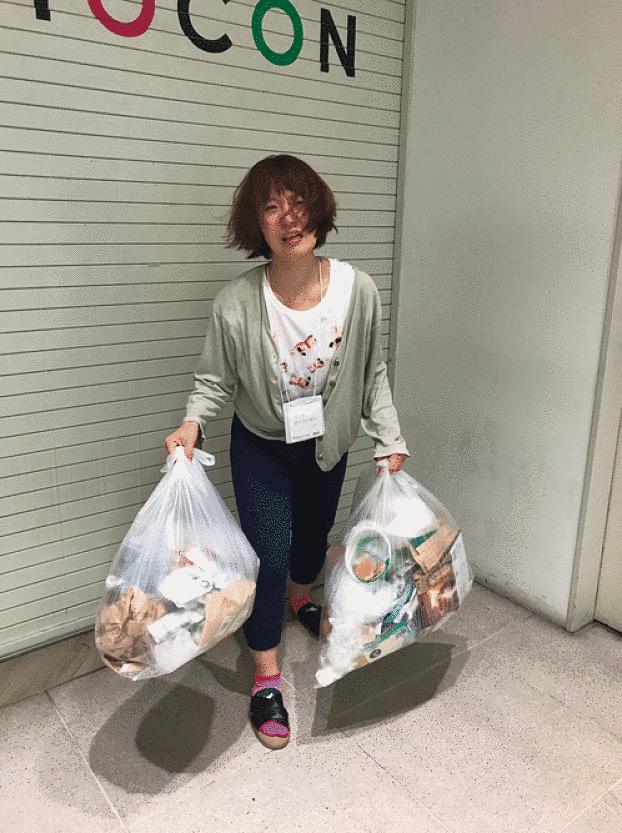 Mulher com sacolas de lixo na mão