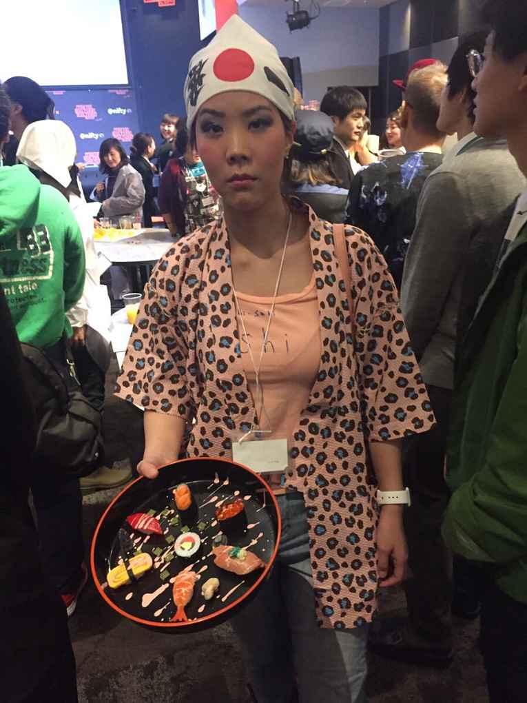 Mulher servindo sushi