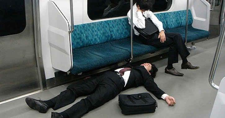 Salarymen caído em transporte público