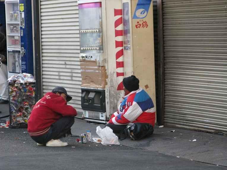 Homens sentados na rua