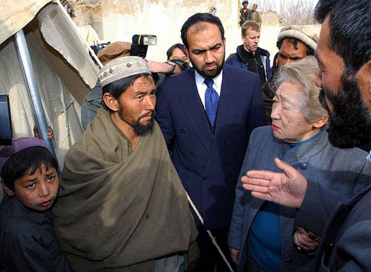 Sadako conversa com refugiado