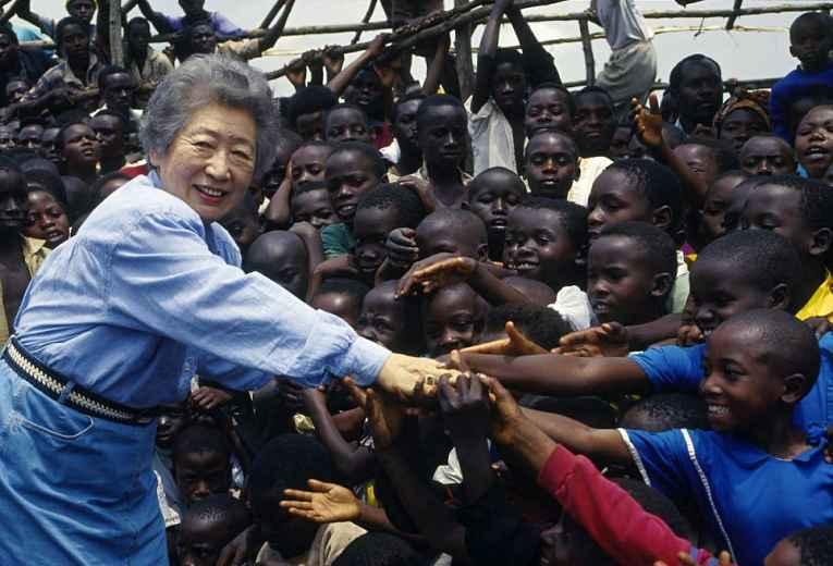 Sadako pega na mão de crianças na África