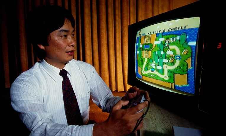 Shigeru jogando Super Mario