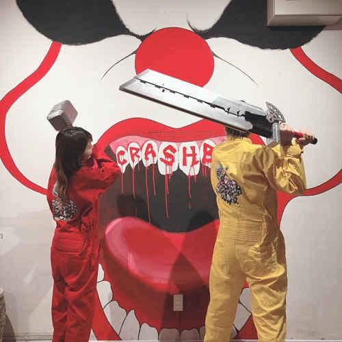 Duas pessoas vestidas com macacão